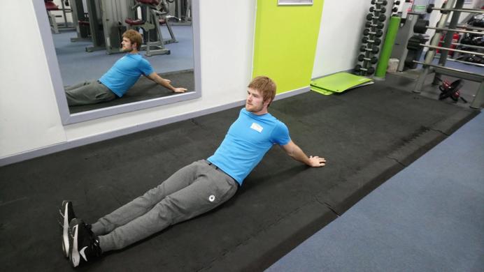estirando los hombros para lograr movimientos de calistenia mas complicados