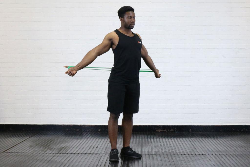 bandas de resistencia y la flexibilidad del pecho